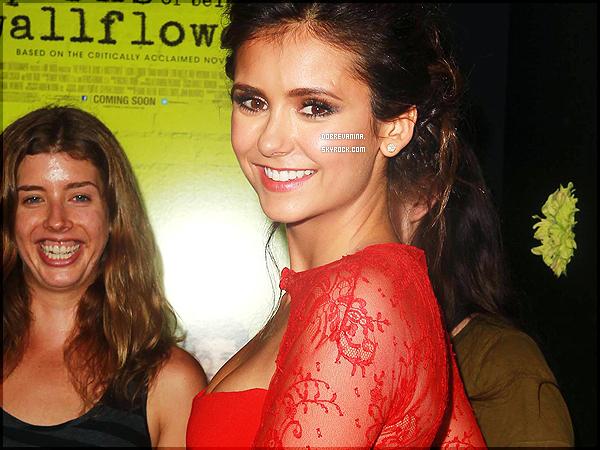"""10.09.2012: Nina Dobrev byla na premiéře """"The požitky Být Walfflower"""" v Los Angeles. . Krásné šel po červeném koberci vedle co-hvězdy v tomto šaty Reem Acra a pár Rupert Sanderson obuvi."""